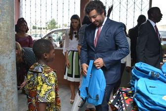 Fundação distribui Kits escolares em África